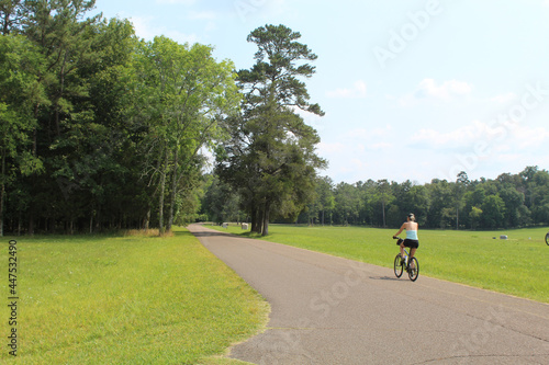 Foto Woman riding a bicycle at the Chickamauga Civil War battlefield in Georgia durin
