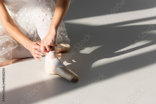 Canvastavla Cropped view of ballerina wearing pointe shoe on grey background with light