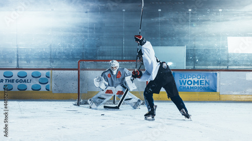 Cuadros en Lienzo Ice Hockey Rink Arena: Goalie is Ready to Defend Score against Forward Player who Shoots Puck with Stick