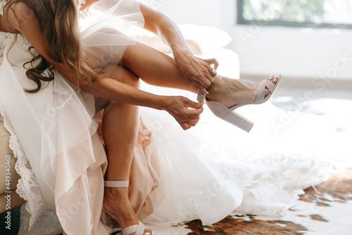 the bride in a white wedding dress is wearing shoes Fotobehang