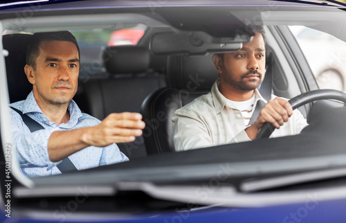 Photographie driver courses and people concept - car driving school instructor teaching young