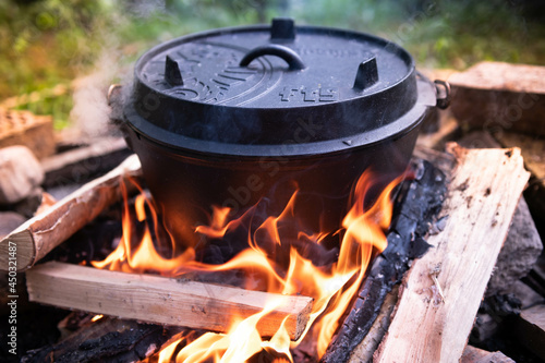 Dutch oven cooking on a campfire Fototapet