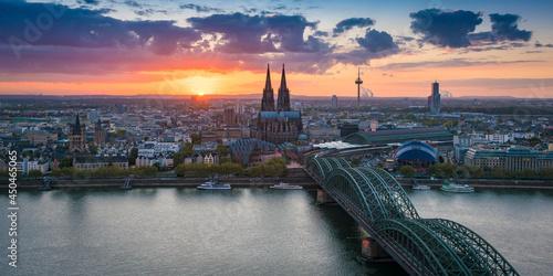 Tableau sur Toile Sonnenuntergang in Köln mit Kölner Dom und Hohenzollernbrücke