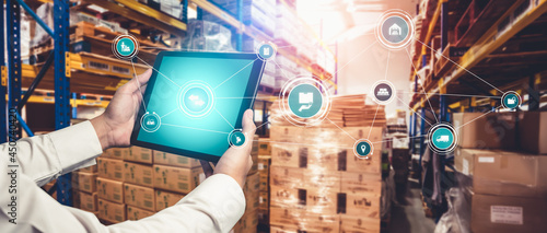 Fotografia Smart warehouse management system with innovative internet of things technology to identify package picking and delivery