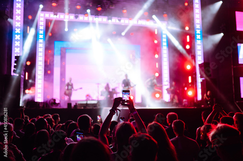 Fotografia Using a smartphone in a public event,  live music festival