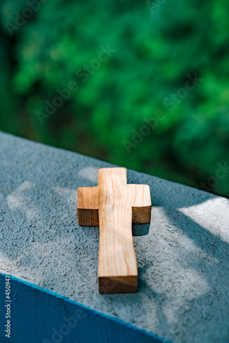 Carta da parati greet the glory of the cross in the forest