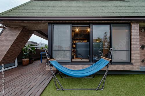 Obraz na plátně Outdoor hammock on the rooftop balcony of the apartment