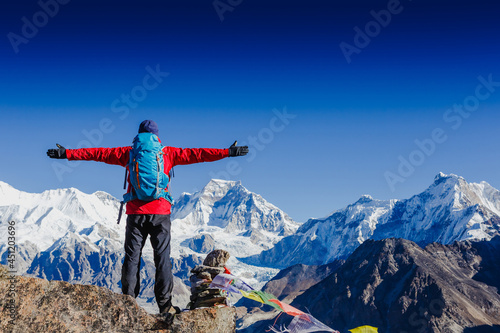 Photo Happy man Traveler with Backpack hiking in Himalayas