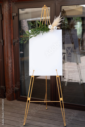 Fotografia Board, which stands on the grass with wedding inscription