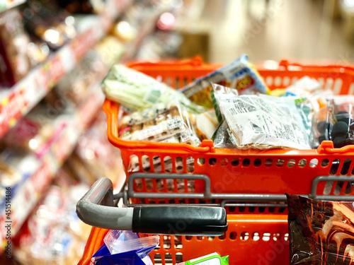 Fotomural スーパーマーケット店内のショッピングカートとカゴ