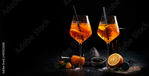 Foto Aperol spritz cocktail served on dark background.