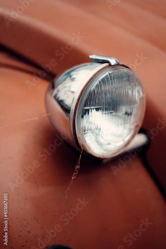Fotografiet Alter und klassischer Autoscheinwerfer