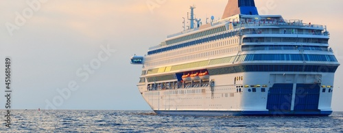 Fotografia Large white cruise liner (passenger ship) sailing in the Baltic sea at sunset