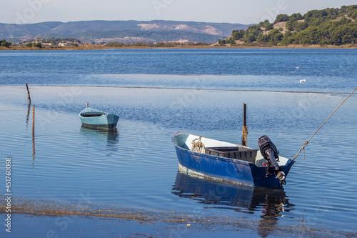 Fototapeta deux barques voguant sur l'eau