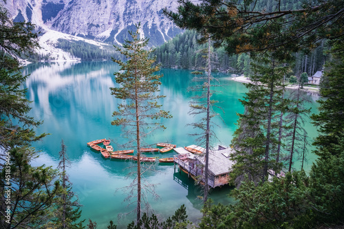 Foto Boathouse and wooden boats at Braies or Pragser Wildsee during sunset pink light
