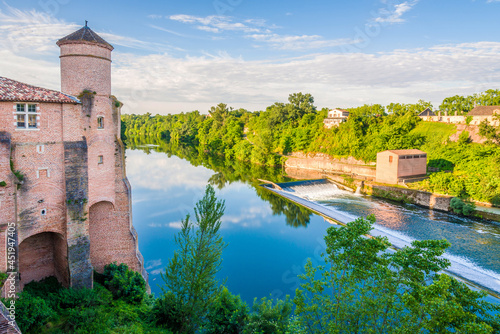 Foto Morning view at the Tarn river with tower of Church of Saint Michel in Gaillac,