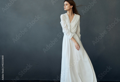 Billede på lærred Woman in white dress dance glamor dark background