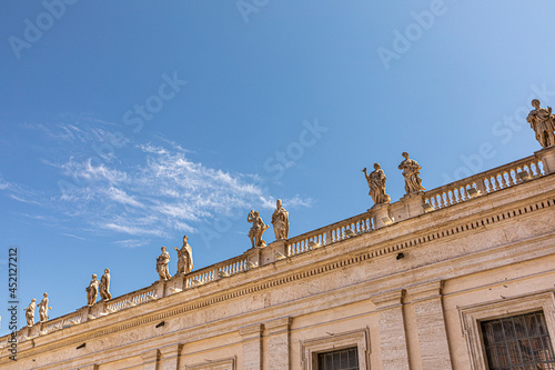 Fotomural the apostles as statues at the balcony of st