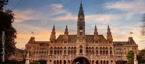 Fotografia Sunset sky scene of the landmark of Vienna in a City hall and blue sky which Tal