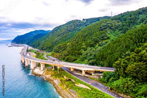 Fototapeta 親不知の北陸自動車道と国道8号線(新潟県糸魚川市)