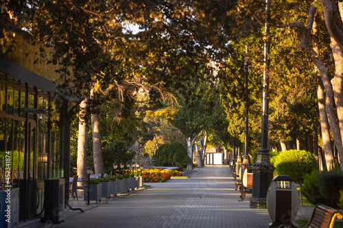 Foto Baku old boulevard in the early morning.
