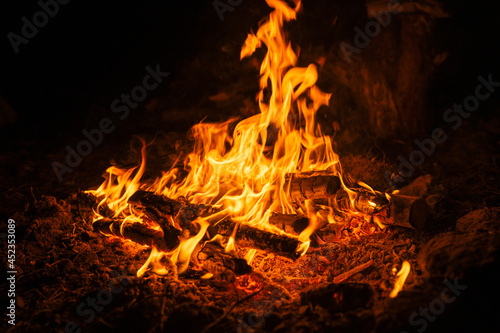 Fotografía blurred campfire in the night