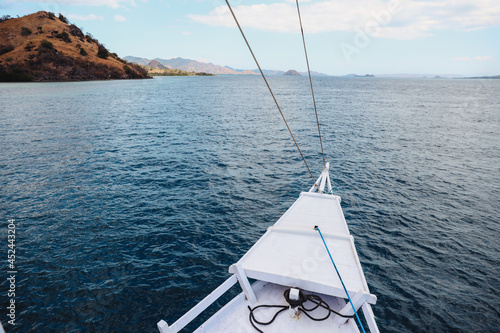 Fotografia The prow of the boat with a view of the sea and hills