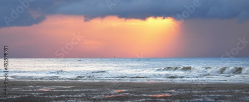 Fotografia Sandy shore near the cliff of Cap Blanc Nez on the coast of France at the Straight of Dover (Pas de Calais) at sunset