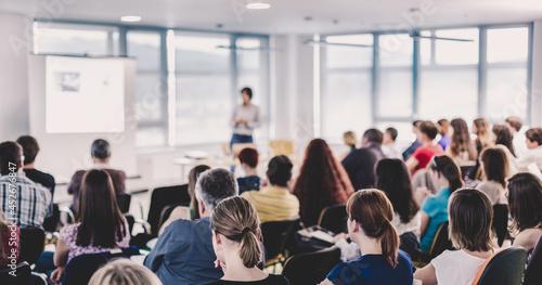 Billede på lærred Speaker giving presentation on business conference.