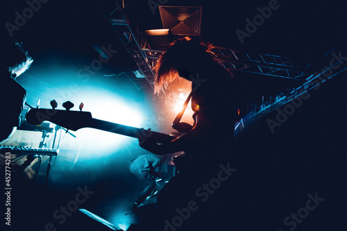 Tela Silhouette Of Guitar Player In Action On Stage