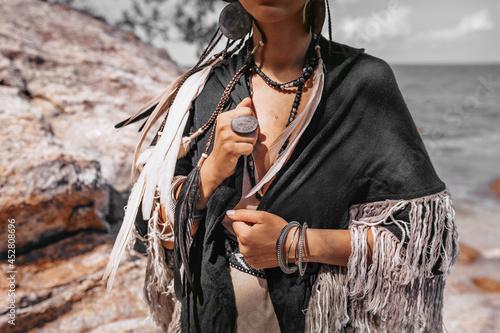 Photo beautiful young stylish woman at sunset close up