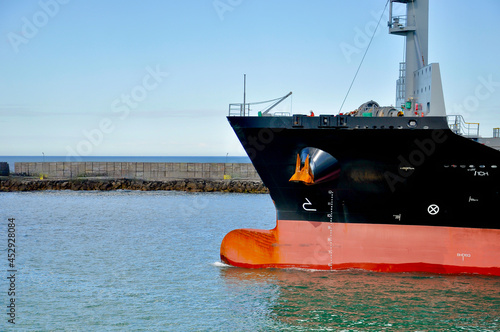 Fotografia The prow of a container ship leaving the port of Mar del Plata, Argentina