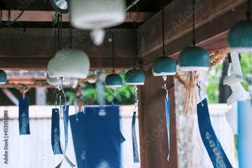 風鈴祭り 屋根の下で揺れる風鈴 Fototapet