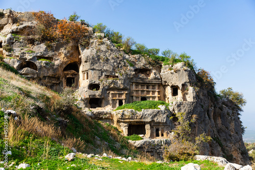 Foto View of antique rock burial chambers in ancient Lycian city of Tlos in Turkey