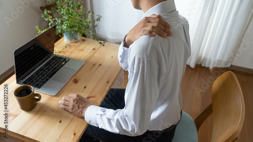 Canvas 肩をマッサージするビジネスマン。自宅で仕事する肩凝りの男性。