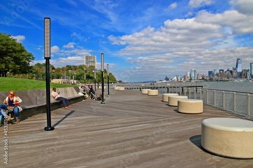 Obraz na plátně View over Manhattan and the Hudson river from Hoboken rivereside walk