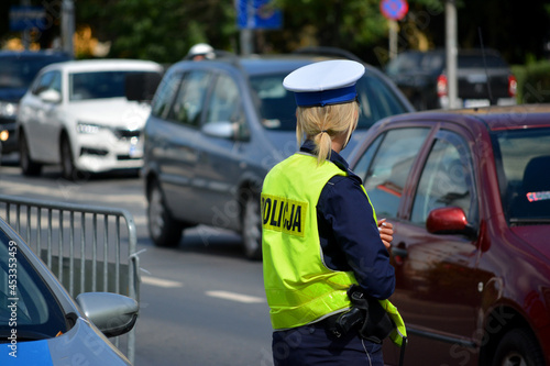 Slika na platnu Policjanci  ruchu drogowego polskiej policji  w mieście.