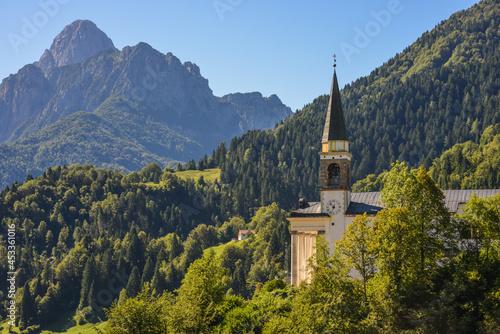 Fotografía aérea de una iglesia de montaña en los Alpes friulianos en el norte d Fotobehang