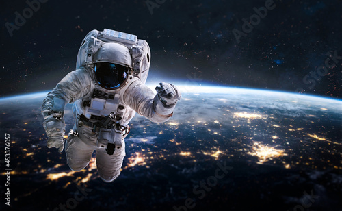 Photographie Astronaut in outer deep space on orbit of Earth planet