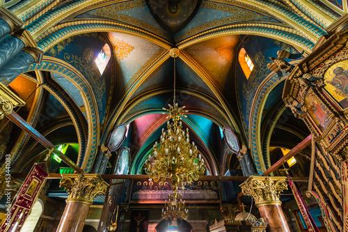 ギリシャ ロドス島のアルハンゲロスにある大天使ミカエル教会の煌びやかな聖堂内 Church of Michael the Archangel Fotobehang