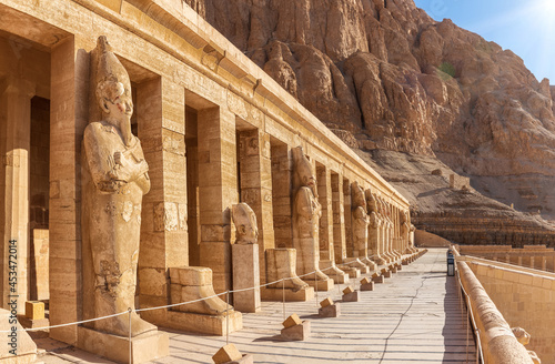 Fotografiet Mortuary Temple of Hatshepsut, northern colonnaded facade of the upper terrace,