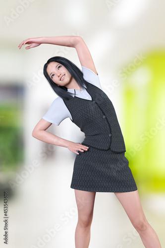 Canvas デスクワークで凝り固まった身体をストレッチ体操でほぐす女性社員