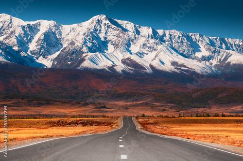 Fotografia Beautiful road in autumn mountains