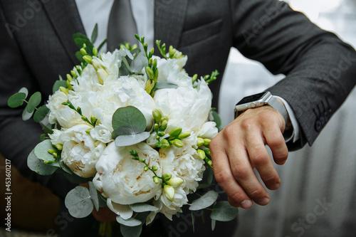 bride and groom holding hands Fotobehang
