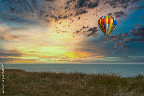 hot air balloon flies over the sea Fototapet