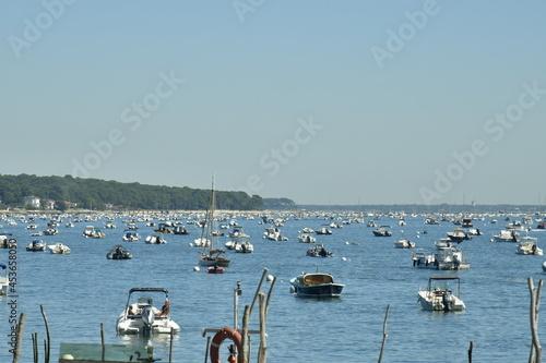 Fototapeta Mouillage de dizaines de petites embarcations dans une rade à canon dans la baie