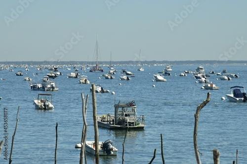 Obraz na plátně Mouillage de dizaines de petites embarcations dans une rade à canon dans la baie