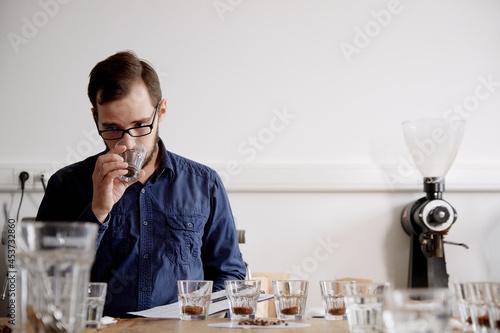 Billede på lærred Barista smelling fresh coffee in cup