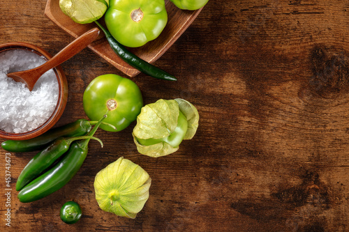 Tomatillos, green tomatoes, and chili peppers Fotobehang