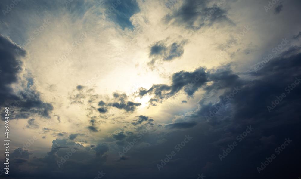 słońce za chmurami, jesienne niebo i chmury